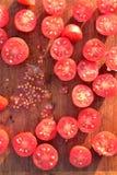 De tomaten van de besnoeiingsdruif op houten scherpe raad Royalty-vrije Stock Afbeeldingen