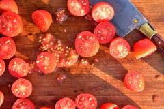 De tomaten van de besnoeiingsdruif op houten scherpe raad Royalty-vrije Stock Afbeelding