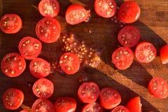 De tomaten van de besnoeiingsdruif op houten scherpe raad Stock Foto