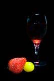 De tomaten van de aardbei en glas rode wijn Royalty-vrije Stock Afbeeldingen