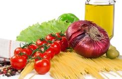 De tomaten van de kers met kruiden en deegwaren Stock Afbeeldingen