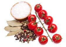 De tomaten van de kers met kruiden en overzees zout Stock Afbeeldingen