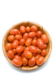 De tomaten van de pruim in houten schotel royalty-vrije stock afbeelding