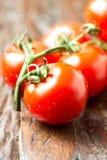 De tomaten van het Frashlandbouwbedrijf op houten lijst Stock Afbeelding