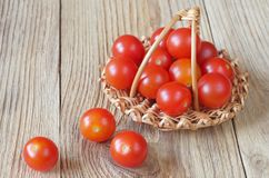 De tomaten van de kers in mand Stock Afbeelding
