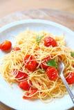 De tomaten van de uitbarstingskers op vermicelli stock foto's