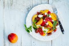 De tomatensalade van de de zomerperzik stock afbeelding