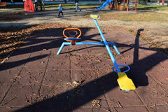 De tomma gungbräden för barn i parkera Royaltyfria Foton