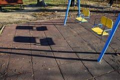 De tomma gungorna för barn i parkera Royaltyfri Fotografi