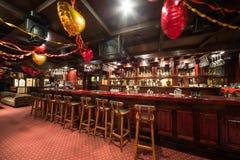 De tomma stolarna i karaoke - klubba FARAO med trästolar Fotografering för Bildbyråer