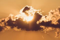 De toneel oranje achtergrond van de zonsonderganghemel, toneel oranje zonsopgang royalty-vrije stock fotografie