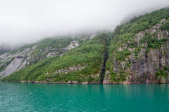 De toneel rotsachtige klippen en turquise water van Noorse fjorden Stock Afbeeldingen