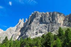 De toneel rotsachtige pieken van dolomietalpen Stock Fotografie