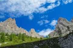 De toneel rotsachtige pieken van dolomietalpen Stock Afbeelding