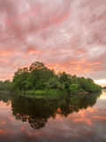 De toneel vurige zonsondergang van het de zomerlandschap over kalme rivier stock afbeeldingen