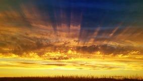De toneelhemel van de zonnestralenzonsondergang royalty-vrije stock foto's