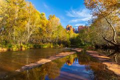 De toneelkathedraal schommelt Autumn Reflection Royalty-vrije Stock Fotografie