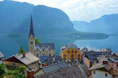 De toneelmening van de beeldprentbriefkaar van beroemd Hallstatt-bergdorp in de Oostenrijkse Alpen bij mooi licht in de zomer, Sa stock foto's