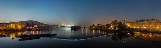 De toneelmening van de de zomeravond van de Vltava-rivier in Praag, Tsjechische Republiek Stock Afbeeldingen