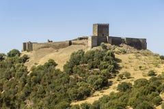 De toneelmening van het plattelandslandschap van middeleeuws Noudar-kasteel Stock Foto's