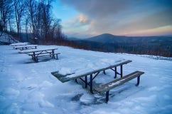 De toneelmeningen bij bruine berg overzien in Noord-Carolina bij zon Stock Foto