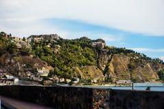 De toneelroute van Giardininaxos met Taormina op de heuvel, Sicilië Stock Fotografie