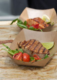 De tonijn en de zalmlapjes vlees van het straatvoedsel met groentenclose-up die worden gediend stock afbeeldingen
