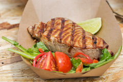 De tonijnlapje vlees van het straatvoedsel met groentenclose-up die wordt gediend stock fotografie