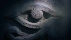 De toorts glanst bij de Egyptische Gravure van de Oogrots stock videobeelden