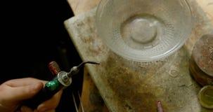 De toorts van het de verlichtingslassen van de juwelenontwerper in workshop 4k stock video