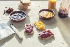 De toosts met eigengemaakte jam colorized binnen wijnoogst Royalty-vrije Stock Fotografie