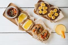 De toosts owooden witte achtergrond Vegetarisch voedsel Hoogste mening stock afbeelding