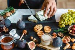 De toosts van kaas, fig. en honing dient binnen de keuken in Dit Fig. en Gorgonzola-tartines, toost, bruschetta Gemotregend met h stock fotografie