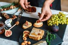 De toosts van kaas, fig. en honing dient binnen de keuken in Dit Fig. en Gorgonzola-tartines, toost, bruschetta Gemotregend met h royalty-vrije stock afbeeldingen