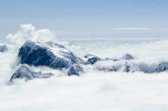 De top en de wolken van de berg stock foto's