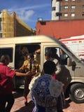 De toreador Jose Padilla stemt in met ventilators alvorens de arena in te gaan om de stieren in Gijon te bestrijden stock afbeeldingen