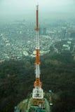 De toren bouwt op berg in Seoel voort stock foto's