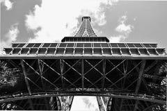 De Toren die van Eiffel voor de hemel bereiken Stock Foto's