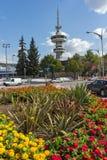 De Toren en de bloemen van OTE vooraan in stad van Thessaloniki, Centraal Macedonië, Griekenland stock fotografie