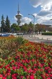 De Toren en de bloemen van OTE vooraan in stad van Thessaloniki, Centraal Macedonië, Griekenland stock afbeeldingen