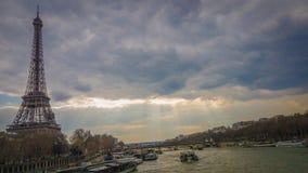 De Toren en de boot van Eiffel retro van brug royalty-vrije stock fotografie