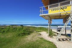 De toren en de auto van de badmeester op Australisch strand. royalty-vrije stock afbeeldingen