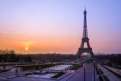 De Toren en de fontein van Eiffel in Jardins du Trocadero bij zonsopgang, Pa Stock Afbeelding