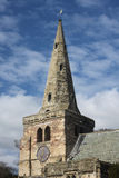 De toren en de Klok van de parochiekerk stock afbeelding