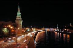 De toren en de rivier van het Kremlin bij nacht Royalty-vrije Stock Afbeeldingen