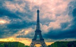 De toren en de wolken van Eiffel Stock Foto's