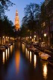 De toren en het kanaal van de kerk in Amsterdam Royalty-vrije Stock Afbeeldingen