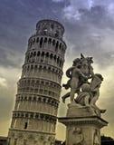 De toren en het standbeeld van Pisa Stock Foto