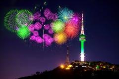 De toren en het vuurwerkfestival van Seoel in Korea Stock Afbeeldingen