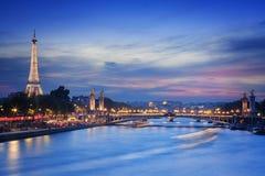De Toren en Pont Alexandre III van Eiffel bij nigh Stock Afbeeldingen